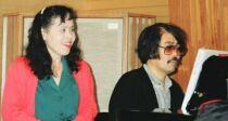 父がピアノを弾き、母と共に歌う